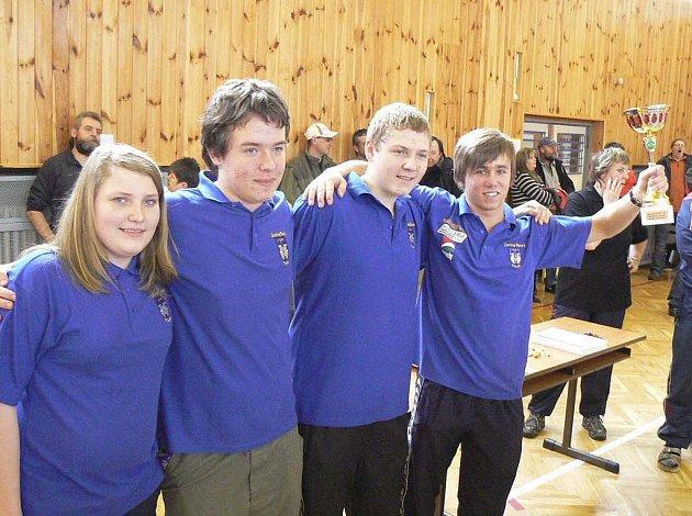 Na snímku je družstvo Písku, které vyhrálo domácí mezinárodní halový závod v rybolovné technice. Zleva stojí: Kateřina Marková, Filip Humpál, Jiří Marek a Filip Hlaváč.