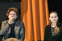 V síti. Na snímku Režisér Vít Klusák s jednou z hereček Terezou Těžkou