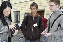 V píseckých ulicích se konala sbírka Srdíčkový den na podporu dětských oddělení nemocnic. Na pěší zóně jsme zastihli Martina Suchana (vpravo) a Jakuba Valentu z druhého ročníku střední průmyslové školy.