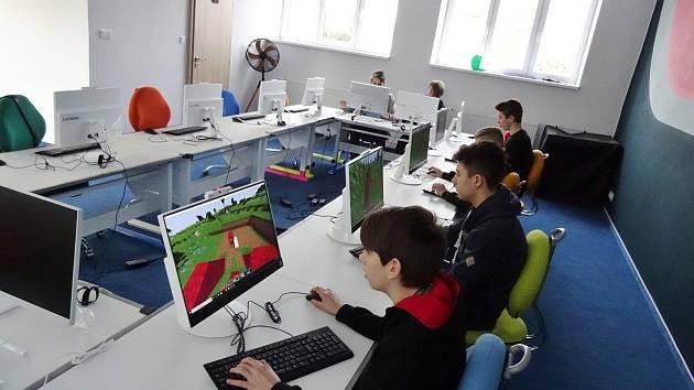 Školáci z Mirovic v centru Technické Akademie v Březnici.