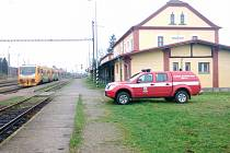 NEŠŤASTNÁ UDÁLOST. V Ražicích v neděli dopoledne zasahoval také Hasičský záchranný sbor Správy železniční dopravní cesty, mezitím co rychlík Jakub Krčín z Plzně do Brna byla odstaven.