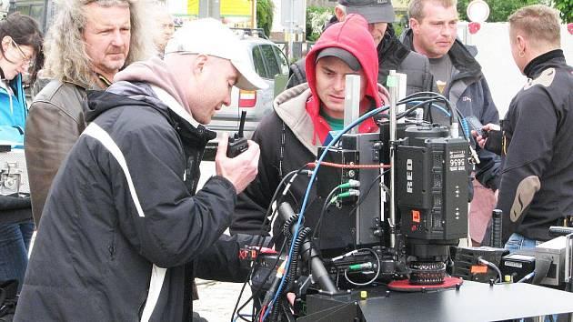 Při natáčení filmu V peřině před rokem v Písku zdobila hlavu režiséra F.A.Brabce bujna vštice (na snímku zcela vlevo).