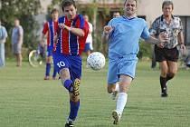 Hostující Kloboučník (vlevo) střílí na soupeřovu branku, vpravo ho stíhá Filip. V okresním derby v krajské fotbalové I. B třídě hrálo Záhoří s Bernarticemi nerozhodně 1:1.