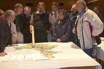 Po skončení čtvrtečního zasedání zastupitelstva v Protivíně  někteří jeho členové  a přítomní občané diskutovali nad návrhem územního plánu s vedoucím odboru výstavby, dopravy a životního prostředí městského úřadu Janem  Jelínkem (na snímku uprostřed).