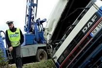 Řidič plně naloženého kamionu jedoucí od Protivína do Písku se u Selibova vyhýbal srnce. Naneštěstí pro něj strhl řízení doprava a sjel do příkopu.