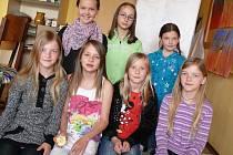 ODPOVÍDALY.  V horní řadě jsou žákyně páté třídy: Tereza Jindráková, Zdeňka Nováková a Eliška Bercziková a v dolní řadě jsou dívky, které chodí do čtvrté třídy: Lucie Chmelíková, Nelly Burešová, Julie Petrová a Bára Chmelíková.