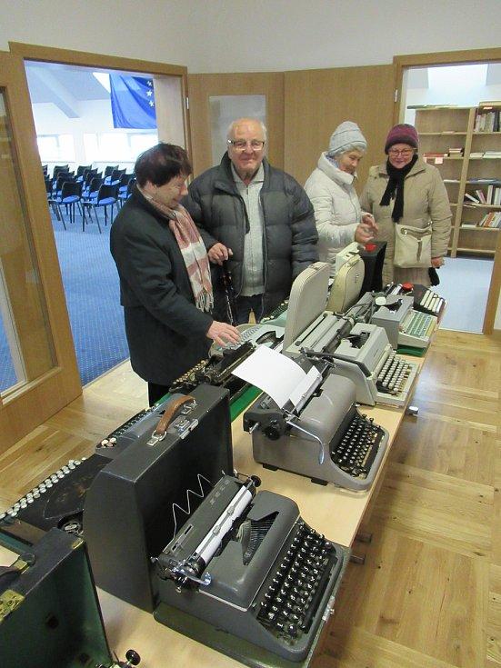 Den otevřených dveří a výstava starých psacích strojů.