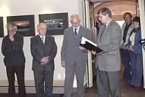 Na snímku ze slavnostní vernisáže jsou (zleva) slovinští umělci Peter Pokorn a Peter Jovanovič, iniciátor výstavy Jan Jelšík a ředitel Prácheňského muzea Jiří Pášek.