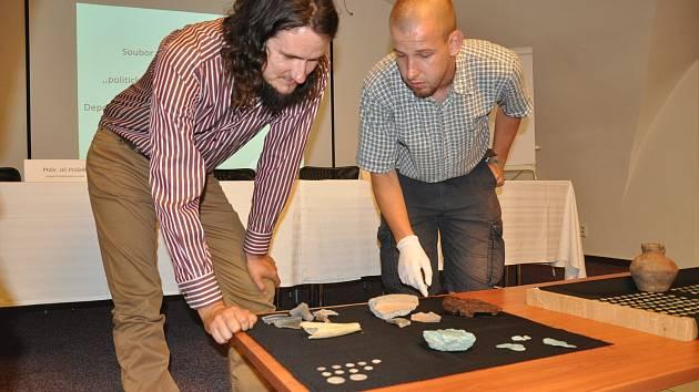 Poklad českých knížat v Prácheňském muzeu v Písku přestavili také archeologové (zleva) Martin Pták a Tomáš Hiltscher.