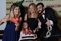 Vladana Terčová s dcerou a studenty filmové akademie během festivalu.