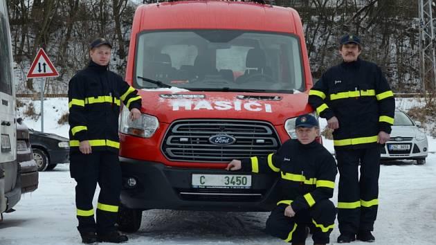 Pro nový  transportér značky Ford si do Písku          z Nerestců přijeli (zleva) strojník SDH David Macoun, starosta SDH Jan Beneš a velitel jednotky Vladimír Vejšický.