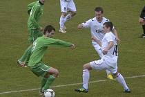 Na snímku domácí hráči David Chytrý a Martin Malý (vpravo v bílém) bojují o míč s Jaroslavem Neradem v sobotním zápase III. ligy, ve kterém fotbalisté Písku zvítězili nad týmem Karlových Varů 1:0.