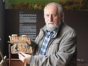 Duchovním otcem Muzea Mirovicka v Pohoří je Pavel Suček. Na snímku ukazuje historický kachel, který je vystavený v sekci Historie Mirovicka.