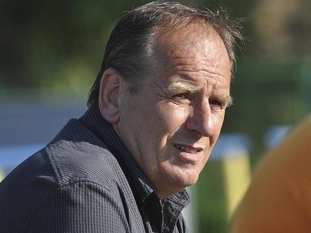 Milan Nousek, předseda fotbalového klubu FC Písek, pozorně sleduje průběh jednoho z třetiligových zápasů, který se hrál na podzim u Otavy.