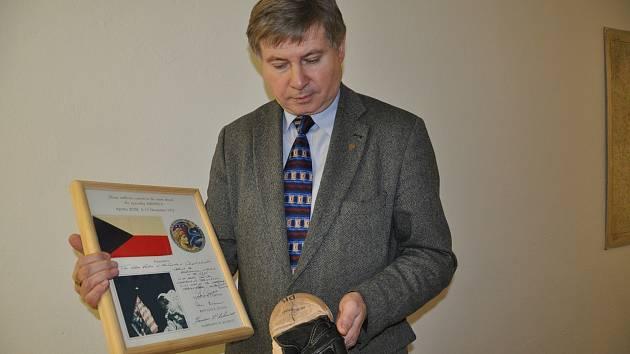Ředitel Prácheňského muzea v Písku Jiří Prášek představuje exponáty z  mimořádné výstavy .