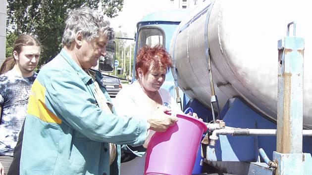 Obyvatele sídliště zásobovala cisterna