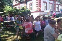 OSLAVA. Bývalí a současní zaměstnanci si výročí zařízení připomněli v pátek 12. června.  Oslavě počasí přálo.