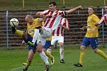 Hostující David Kubiš (v pruhovaném dresu) bojuje o míč s Lubošem Braným (vlevo) v nedělním zápase fotbalové divize, ve kterém Benešov zvítězil nad Pískem 2:0.