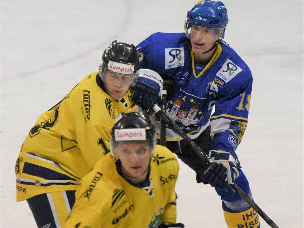 Kapitán píseckých hokejistů Martin Parýzek (v modrém) proti Kopřivnici bojoval stejně jako celý tým, pouhá snaha však na kvalitnějšího soupeře nestačila. Písek prohrál 2:8.