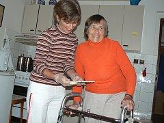 Bývalá vychovatelka dětí a zakladatelka dívčího oddílu skautů v Písku Libuše Franců (85). Nyní klientka Domu s pečovatelskou službou Domovinka v Písku. Na snímku se svou asistentkou a pečovatelkou Ivou Markvartovou.