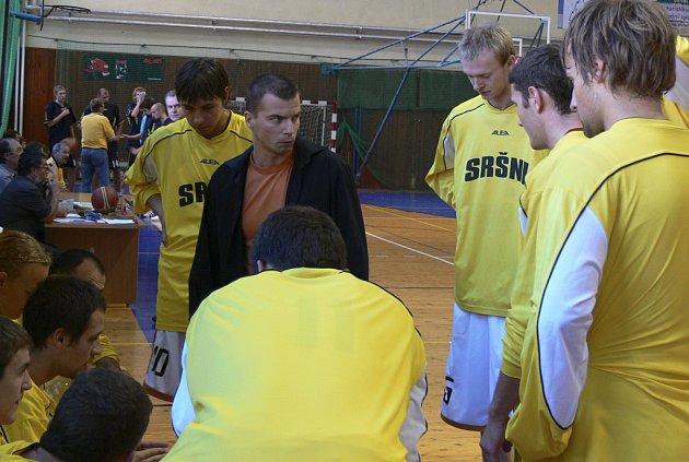 Aleš Kyrián, trenér prvoligových basketbalistů Sokola Písek, udílí taktické pokyny svým svěřencům před jedním z domácích zápasů.