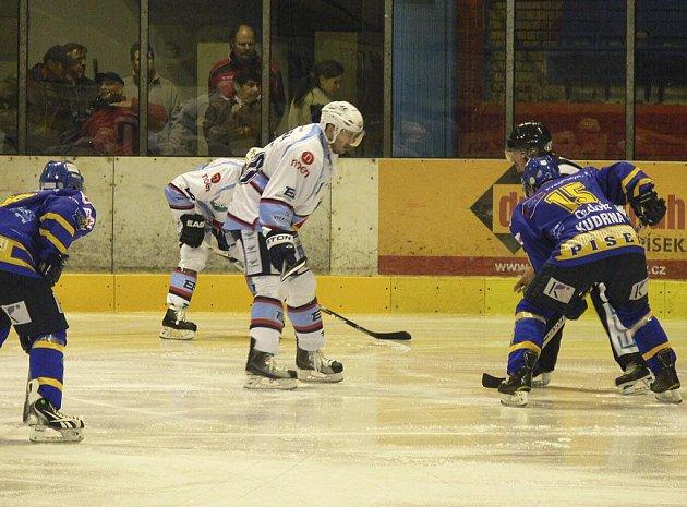 Ve středečním zápase první ligy zvítězili hokejisté Chomutova v Písku 5:0. Na snímku domácí Jiří Kudrna (vpravo) čeká na svůj protějškem při vhazování buly.