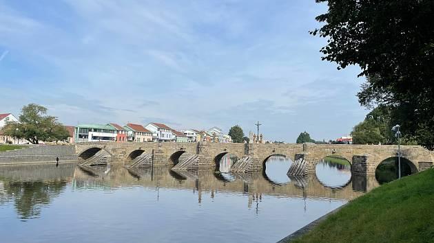 Symbol Písku jen září. Kamenný most prošel několikaměsíční očistou a opravami vydrolených částí.