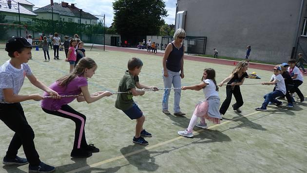 Děti různých zemí světa na návštěvě ve školní družině.