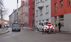 Na Husově náměstí je jednosměrný provoz.