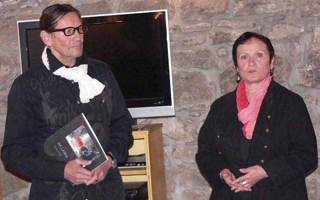 Fotograf Jaroslav Hübl při křtu své knihy Paříž má láska  společně s Irenou Mašíkovou z Prácheňského muzea