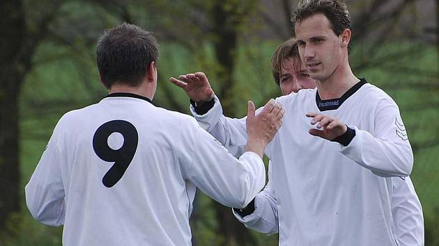 Čížovští fotbalisté Alexandr Bystrov (č. 9) a Milan Brož se radují z dalšího vítězství a zisku tří bodů v utkání krajského přeboru, ve kterém Čížová zvítězila v Jankově 2:0.