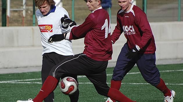 ZAJÍMAVÝ DUEL. V sobotním utkání zimního fotbalového Platan Cupu v Písku prohrály Horažďovice s FC Písek 1:3. Na snímku z tohoto zápasu bojuje o míč Beránek (vlevo) s Martinem Puchmajerem a Martinem Malým.