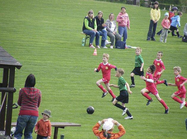 Náš snímek je ze sobotního utkání okresního přeboru mladší přípravky v kopané, ve kterém SK Oslov remizoval s týmem FC Písek B 3:3.