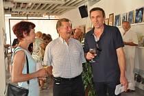 Na páté společné výroční výstavě členů Prácheňské umělecké besedy v galerii Portyč          v Písku  jsou mezi vystavujícími (zprava) malíři Jozef Švač a Václav  Majer. Vlevo je manželka Jozefa Švače Olga.