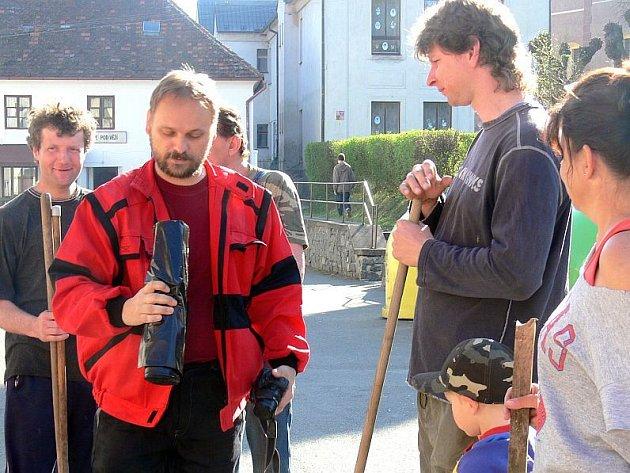 Starosta  Jiří P. Štrajt  rozdělil práci a předal brigádníkům igelitové pytle na odpadky.