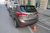 Poškozené vozidlo v Chelčické ulici v Písku.