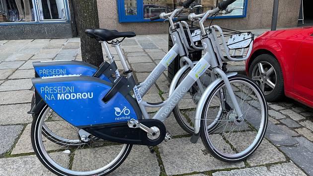 Sdílená kola mají jednotný modro-stříbrný design.