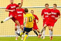 Kapitán FC Písek Jakub Kalášek placírkou míč do sítě přes přesilu hráčů nepropálil.