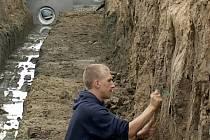 PRŮZKUM. Písecký student Josef Motyka při začišťování profilu při archeologickém průzkumu v Čížové.