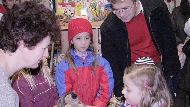 Mezi oceněnými malými výtvarníky byla také Jana Řežábková z  milevské mateřské školy Klubíčko. Cenu jí na fotografii předává Miroslava Šejnová.