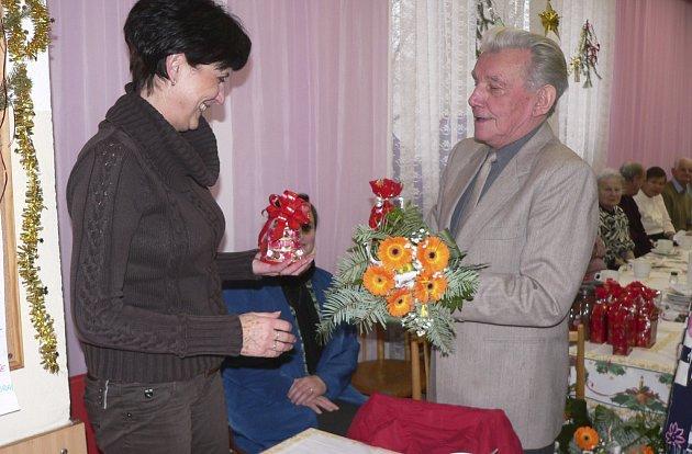 Předseda Rady seniorů v Písku Zdeněk Macek poděkoval místostarostce Haně Rambousové za péči, kterou město seniorům věnuje.