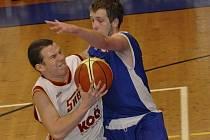 Písecký Cimbura (s míčem) se snaží přejít přes bránícího Tesaře v zápase druhé ligy basketbalistů, ve kterém Strakonice zvítězily nad Pískem 82:65.