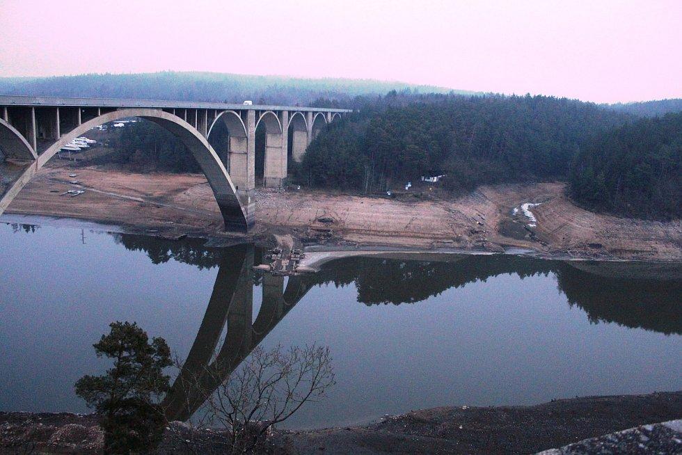 Pohled na Orlík u Podolského mostu.