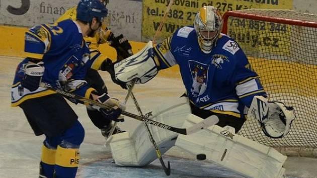 PÍSEK VYPRÁŠIL JINDŘICHŮV HRADEC. Hokejisté Písku v druholigovém derby porazili tým od Vajgaru na svém ledě 11:0.