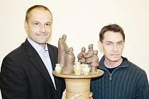 Keramický betlém, který vytvořil ředitel bechyňské keramické školy Jiří Novotný (vpravo), převzal ředitel písecké obchodní akademie Pavel Sekyrka.