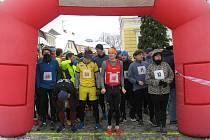 START hlavního závodu na 5900 metrů. V popředí jsou všichni hlavní favorité Petr Pechek (č. 46), Patrik Bouška (č. 54) a v předklonu Ondřej Kohout.