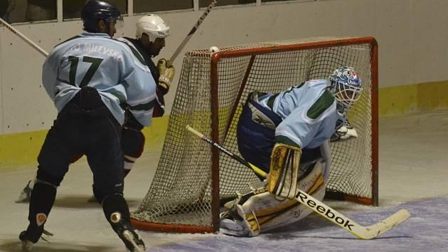 Na snímku z nedávného přátelského hokejového utkání HC Strakonice – HC Milevsko 2010 (2:6) je v akci brankář hostí Václav Pipek.
