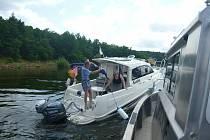 Policisté na Orlíku zachraňovali posádku lodi s porouchaným motorem.