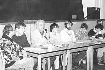 OBČANSKÉ FÓRUM. Na snímku  z 9. prosince roku 1989 jsou zástupci Občanského fóra v sokolovně v Miroticích společně s populárním hercem Petrem Haničincem.
