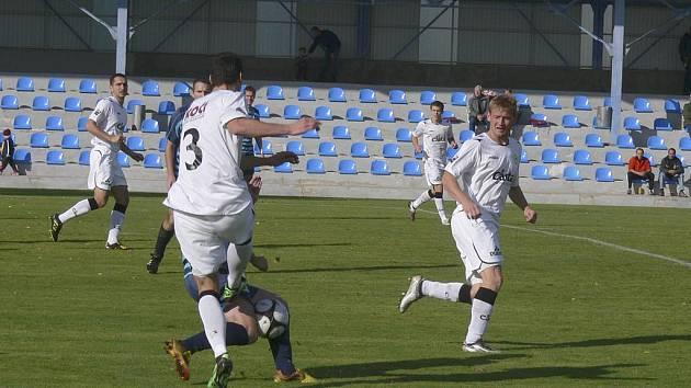 Domácí David Kubiš (č.3) tvrdě bojuje o míč s hráčem soupeřova týmu, všemu přihlížejí jeho spoluhráči Michal Polodna (vlevo) a Michal Held. V zápase fotbalové třetí ligy vyhrál Písek nad Českou Lípou 3:0.